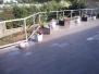Terasse med trappe,  galvaniseret gelænder og støttemur